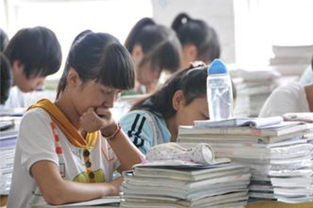 """西安市补习班突然停课 学生网上忙""""充电"""""""