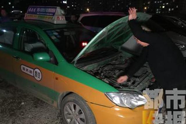 西安一出租车被套牌后狭路相逢 涉嫌车辆被暂扣