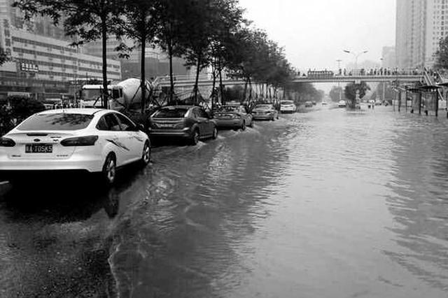 """施工挖断自来水管道 北二环部分路段成""""河道"""""""