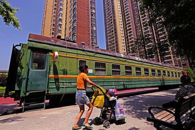 """西安一绿皮火车车厢变超市 """"开""""进小区为居民服务"""