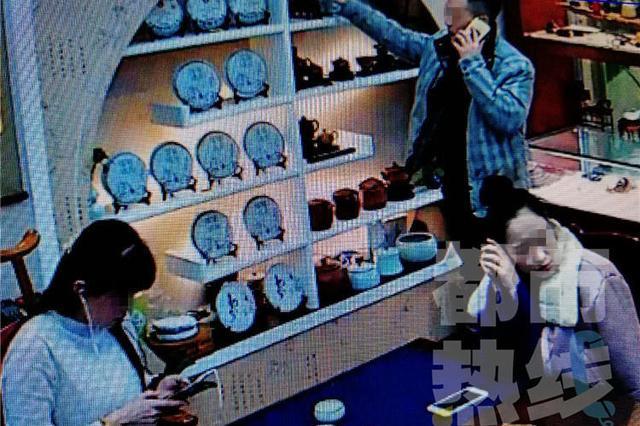 西安男子看上万元紫砂壶偷偷揣进自个衣兜