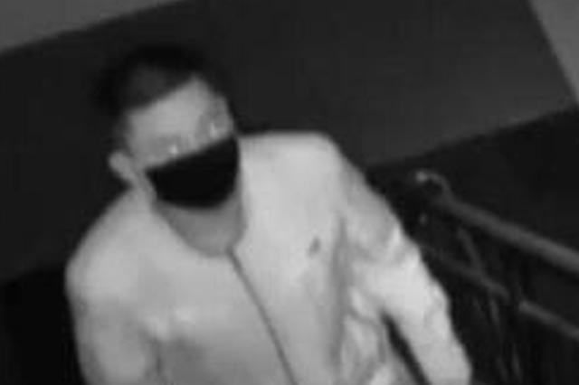 男子撬保险柜盗取20余万 偷盗完后对摄像头敬礼