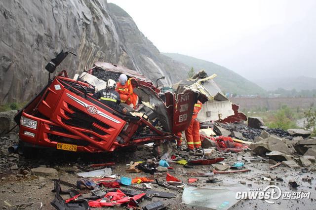 榆林神木一拉煤车车头被落石埋压 1人不幸身亡