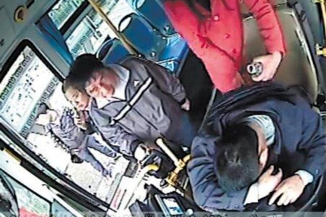 公交司机行车途中突发脑溢血 晕倒前他忍痛踩下刹车
