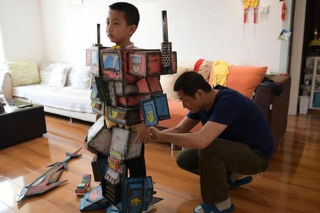 """西安80后老爸为儿子纯手工打造""""变形金刚""""盔甲"""