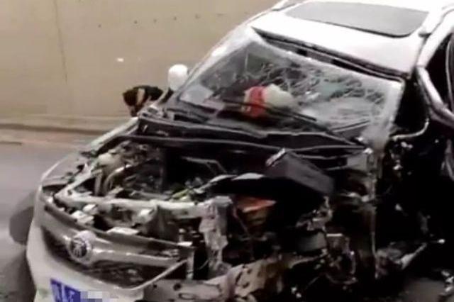 突发!西安环城北路地下通道两车相撞 车辆损毁严重!