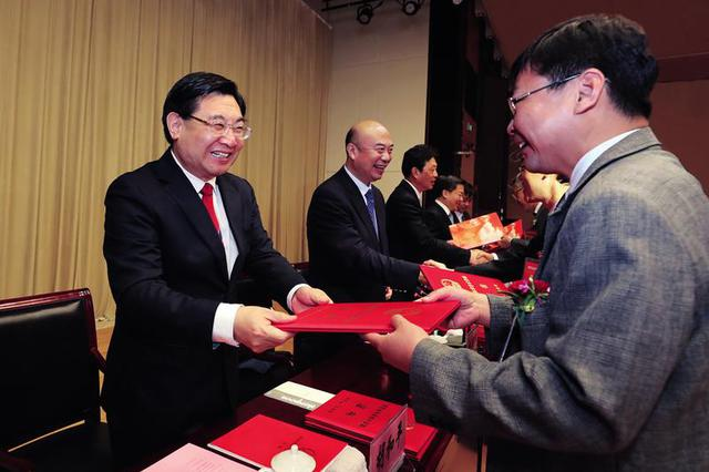 全省科学技术奖励大会在西安召开 胡和平颁发奖励证书