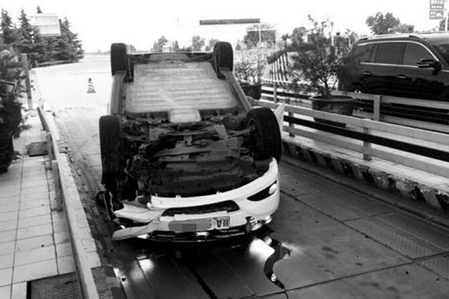 司机开车犯困打了个哈欠 车却撞上隔离墩侧翻