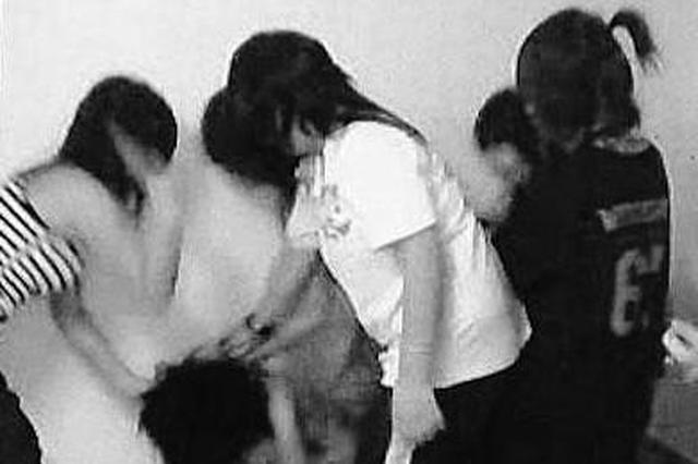 西安周至:帮朋友出气太过火 女中学生厕所打同学