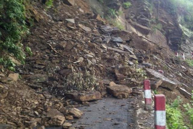 安康旬阳:强降雨致使山体塌方 交通中断车辆被阻