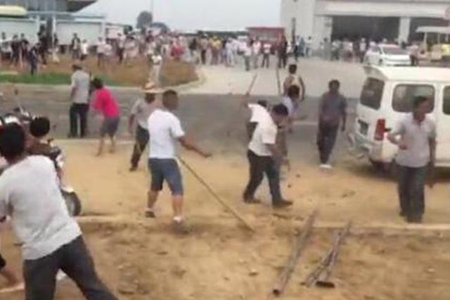安康数十人手持棍棒追打村民 警方已控制7名男子