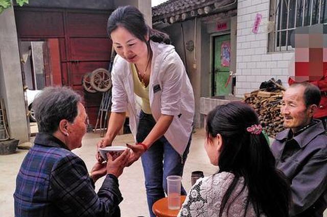 婆婆身患残疾 女出租车司机用爱扛起一个家