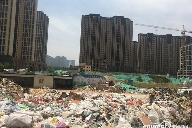 西安一小区配套学校迟迟不动工 规划用地堆满垃圾