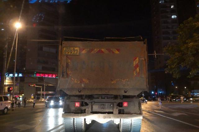 西安一渣土车带泥上路 所属公司638辆渣土车停运3天