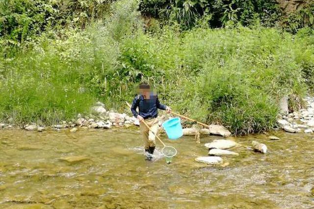 男子用电网河里打鱼 公安机关当场查处非法案件