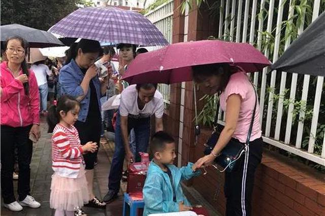 哭了!冒雨排队,今天西安的家长拼了......
