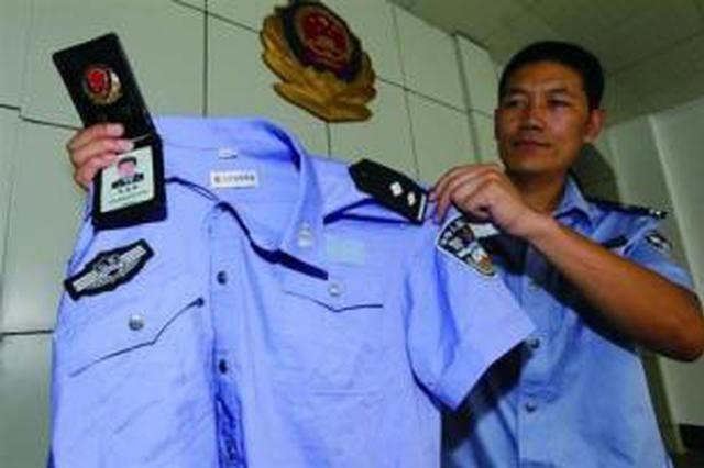 """两男子身穿制式警服 冒充警察上街""""罚款"""""""