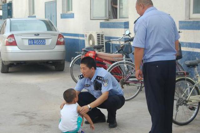 4岁男童街头走失 西安交警帮其寻找父母
