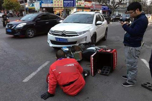 西安外卖小哥被车撞倒 托人帮忙送餐至用户手中