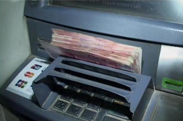 """女子ATM机存钱忘按""""确认"""" 3500元被人拿走"""