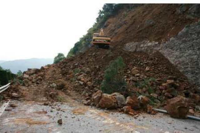 国道210镇巴拴马岭段大塌方交通中断 便道抢通