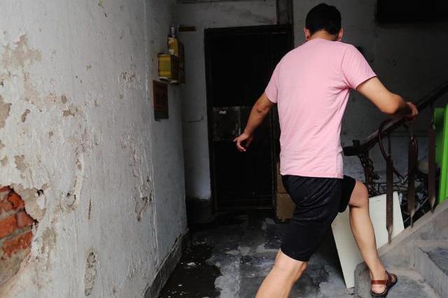化粪池污水外溢居民烦 管理单位称拿不出钱处理