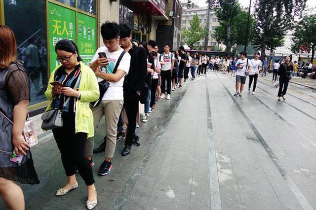 西安一大楼上班百余人排队等电梯 要等20至30分钟