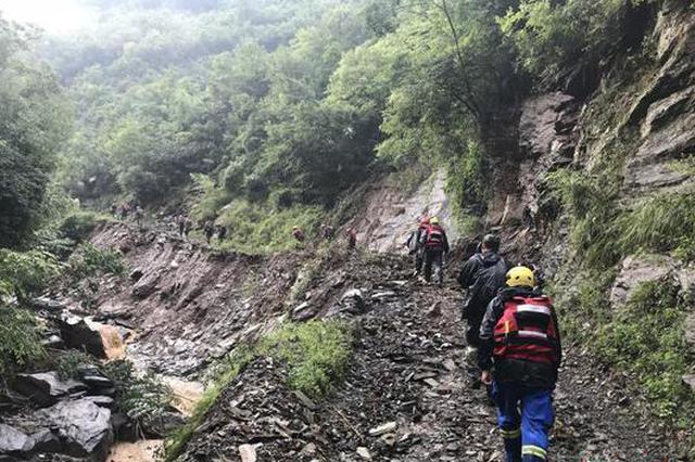 """汉中暴雨 救援人员徒步57公里进""""孤岛""""搜救被困群众"""