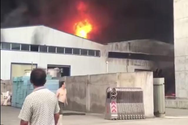 西安鄠邑区一塑业公司发生火灾 着火原因正在调查