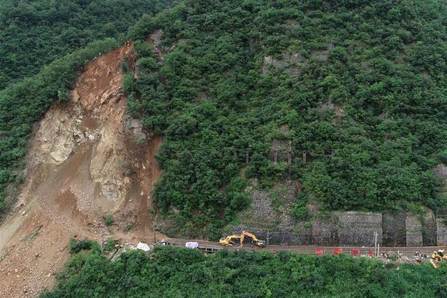水害致宝成铁路山体崩塌 已清理5000立方米塌方体