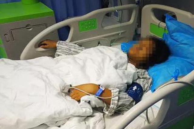 西安女子草地采食野蘑菇 全家三人中毒9岁女儿身亡