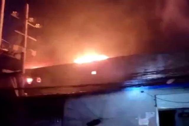 西安北三环一市场凌晨突发大火