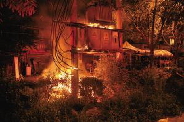 西安一建材市场昨凌晨突发火灾 幸无人员伤亡