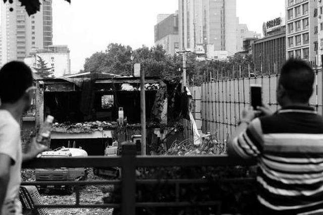 63岁小寨军人服务社开始拆除 西安市民拍照留念