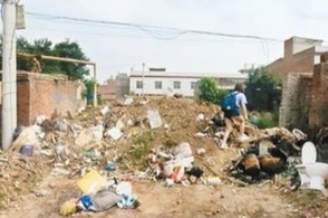 """长安区一住宅区门口 """"垃圾山""""堆了近一周"""