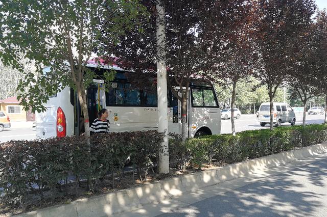西安510路公交不靠站停 坐车要穿过绿化带