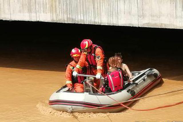 宝鸡一对情侣不慎落水被困 消防到场紧急救援