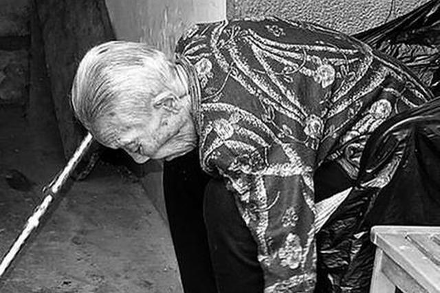 西安九旬老人爱护环境捡烟头 小行为折射大文明