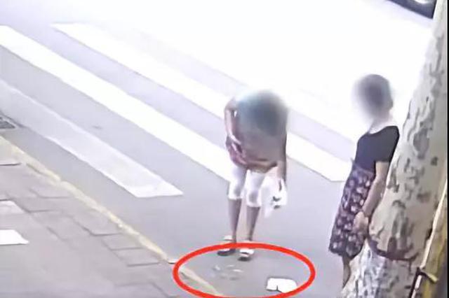 西安检查人员沿街丢烟头 官方回应惊呆全国网民