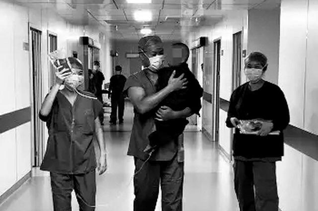 """西安手术室走廊""""最美抱姿"""" 温馨画面令人动容"""
