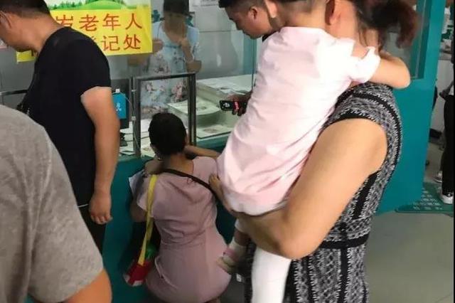 """西安一家卫生服务中心惊现""""蹲式窗口"""" 官方回应"""