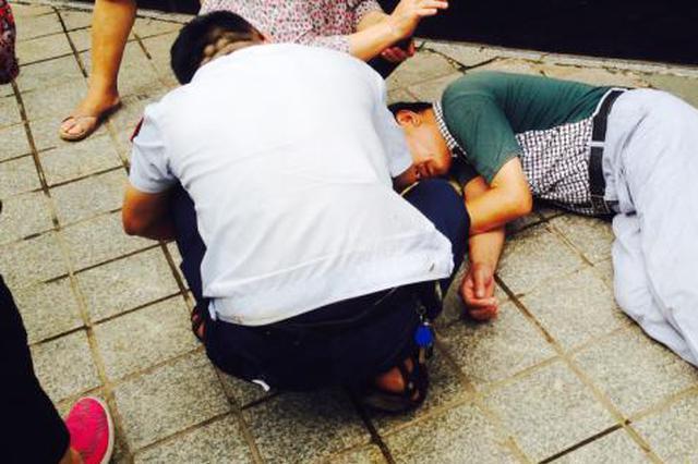 安康旬阳:七旬老人中暑昏倒汉江边 警民合力救助