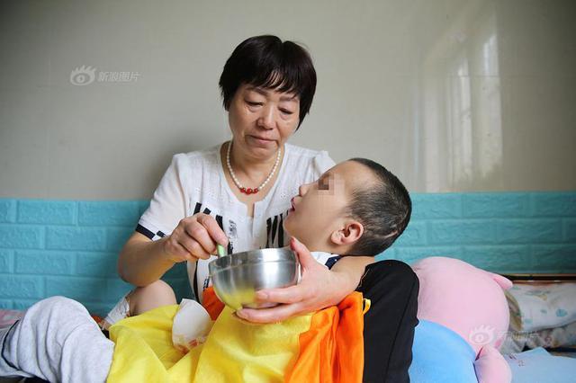 陕西男童被继母虐待成植物人 父亲已失联