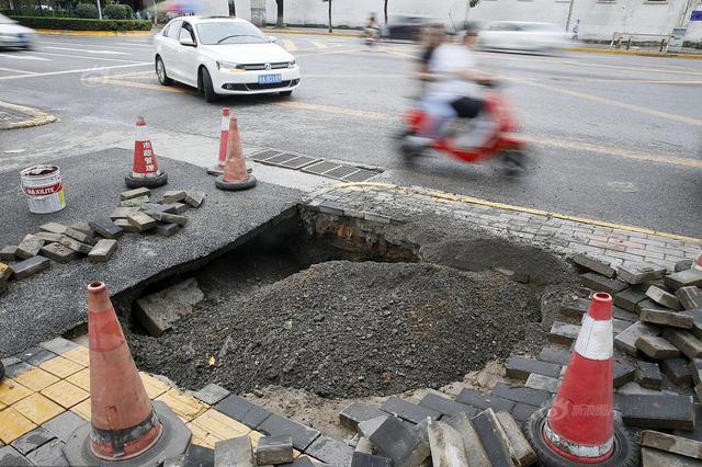 """西安一路段""""屡修屡塌"""" 下雨过后又现大坑"""