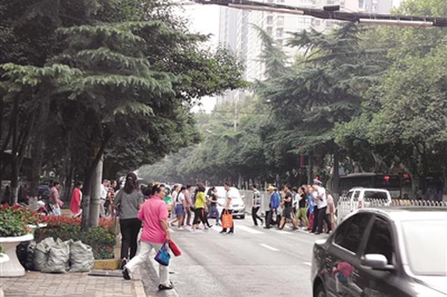 西安一路口行人与车辆抢行 市民建议修新型天桥