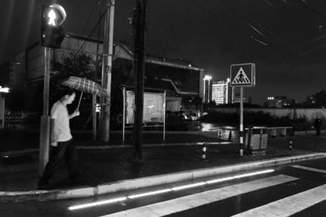西安街头现首条地面式人行信号灯 24小时都会亮
