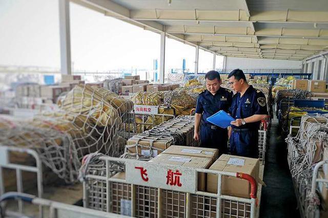 海关工作人员正在核查进出口商品。