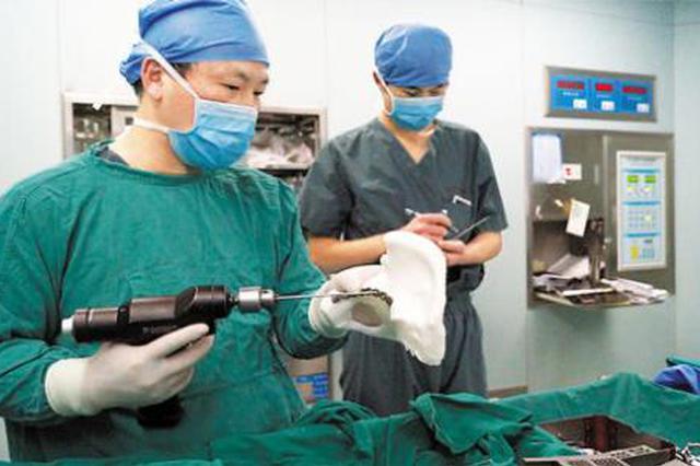 渭南小伙坠落后高位截瘫 3D打印手术让他重新坐起