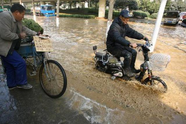 """自来水管道发生爆裂 西安环城西路""""积水成河"""""""