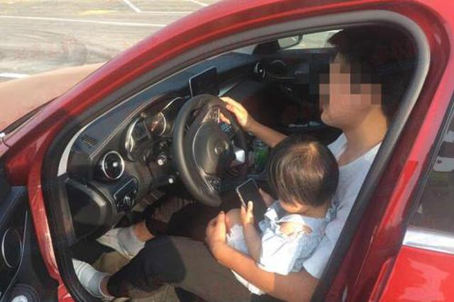 男子抱娃在车库开车 网友:对人对己都不负责